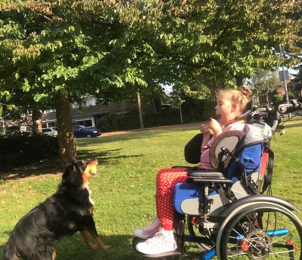 Eline met de hond in het park
