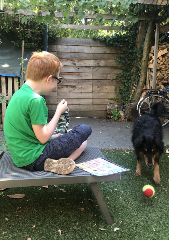 Douwe speelt met hond
